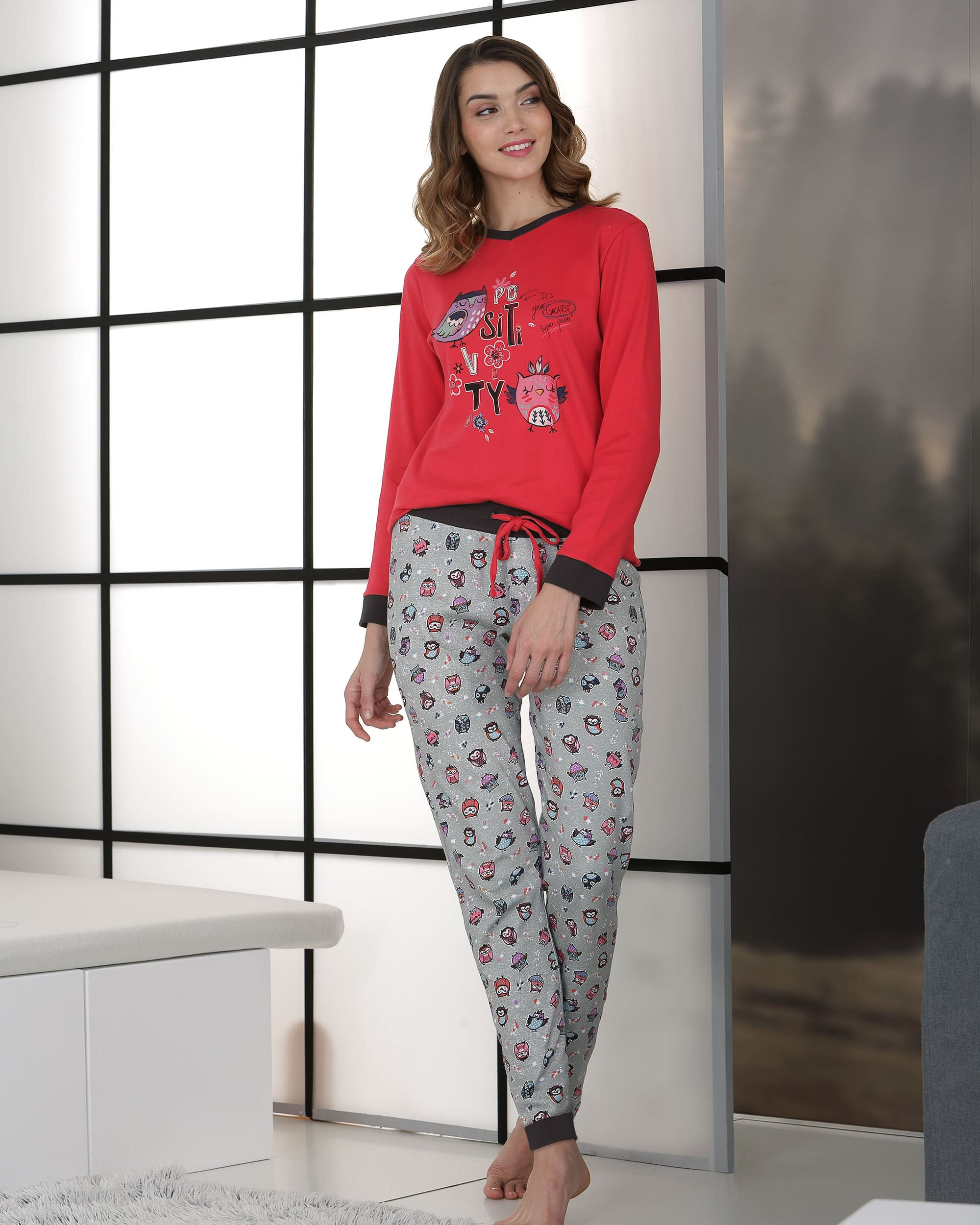pyjama rouge motif oiseaux placée pantalon fond gris motifs